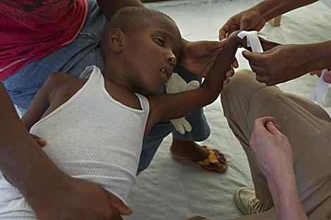 Un niño haitiano enfermo de cólera. | AFP