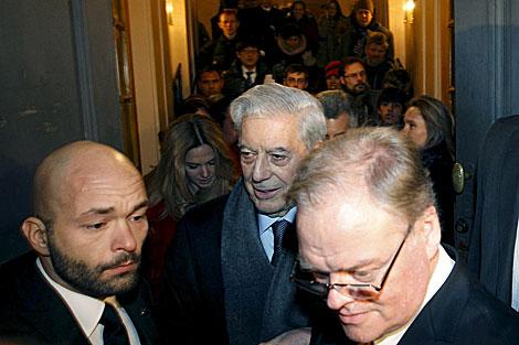 Mario Vargas Llosa sale de la Academia Sueca tras dar su discurso. | Efe