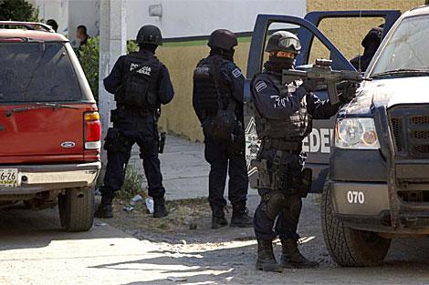Varios policías durante el operativo en el que murió el líder de 'La Familia'. | Reuters
