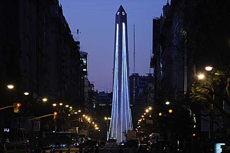El Obelisco de Buenos Aires, iluminado por Navidad. | AFP