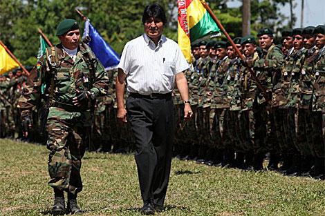 Evo Morales pasa revista a sus tropas.   Efe