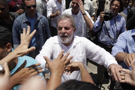 El presidente de Brasil, Luiz Inacio Lula da Silva, en una visita a la favela Alemao.   AP
