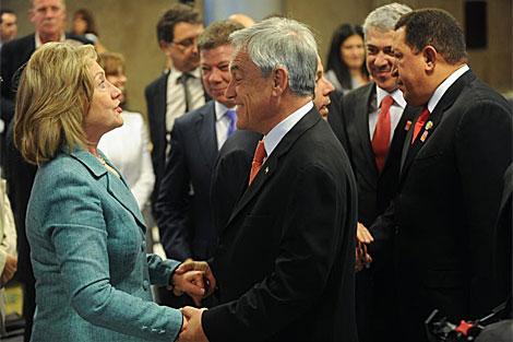 Piñera saluda a Hillary Clinton en los actos de toma de posesión de Dilma Rousseff.   Efe