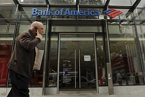 Un hombre pasa delante de una sucursal de Bank of America en Washington.   Efe