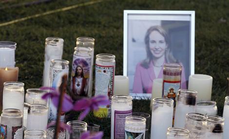 Homenaje a la congresista demócrata Gabrielle Giffords, en el exterior del hospital donde se encuentra. | AP