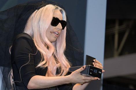 Lady Gaga promocionando Polaroid. I Reuters