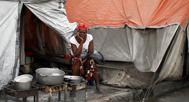 Una mujer, en un campamento de Puerto Príncipe. | Reuters