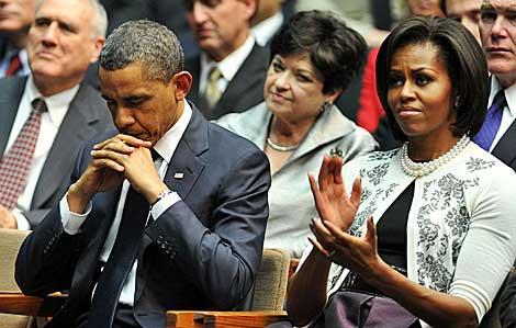 Obama y su esposa durante el acto de homenaje.