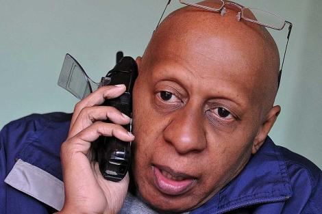 Guillerno Fariñas habla por teléfono desde su casa en Santa Clara.