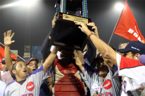 Miembros del Bóer reciben el trofeo. | H. Herrera