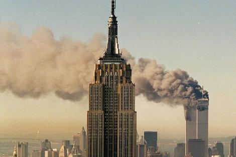 Las Torres Gemelas del World Trade Center ardiendo detrás del Empire State . | AP