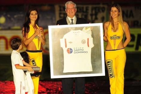 El escritor peruano recibe una camiseta del club Universitario de Deportes. | Efe