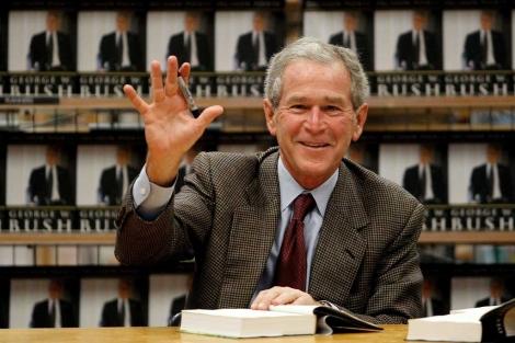 George W. Bush, firmando sus memorias. | Afp