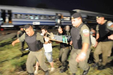 Los soldados transportan a pasajeros heridos. | Clarin