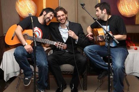 Pau Gasol, entre los hermanos Muñoz. | P. S.