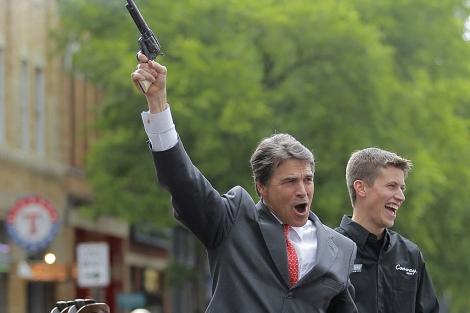 El gobernador de Texas, Rick Perry, tiraba tiros al aire durante un acto. | AP