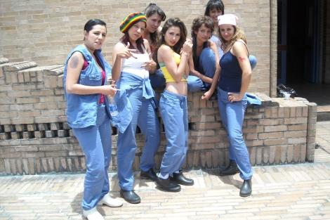 Arancha Solís (a la derecha) con el resto del reparto de la serie.