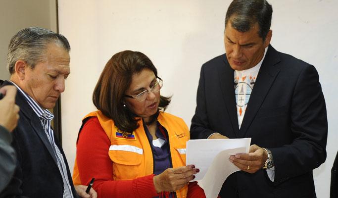 El presidente Correa (d) recibe un parte de última hora sobre la situación. | AFP