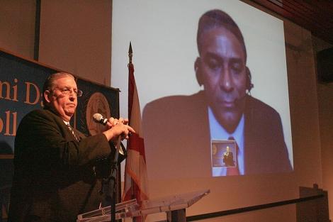 El disidente cubano Óscar Elías Biscet (d) en la rueda de prensa de hoy.