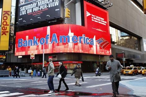 Varias personas caminan junto a un cartel de Bank of America en Nueva York. | Reuters