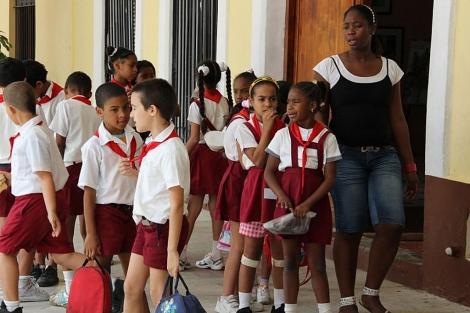 Un grupo de alumnos junto a su maestra hace unos días en La Habana.   Efe