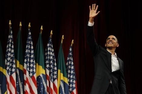 Barack Obama saluda al público del Teatro Municipal de Río de Janeiro. | Reuters