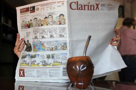 Clarín circuló con la portada en blanco este lunes.