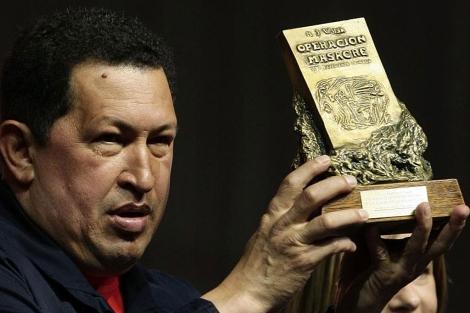 Hugo Chávez posa con el premio 'Rodolfo Walsh'. | AFP