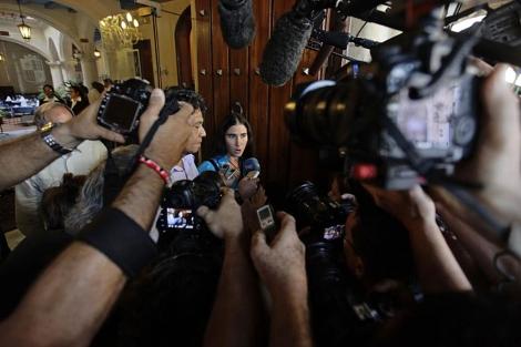 Yoani Sanchez responde a la prensa tras reunirse con Carter. | Reuters