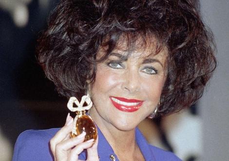 Elizabeth Taylor con uno de sus perfumes. I AP