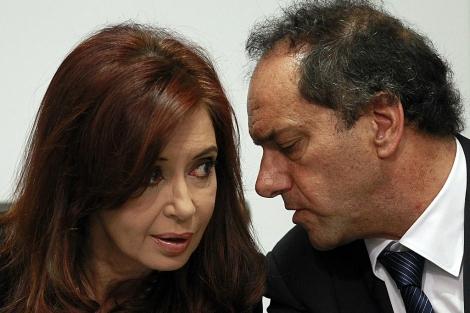 La presidenta de Argentina escucha al gobernador de Buenos Aires, Daniel Scioli.   Reuters