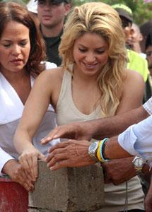 Shakira poniendo la primera piedra. I AP