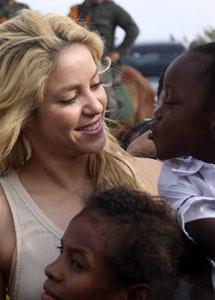 Shakira con unas niñas. I AFP