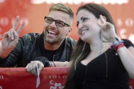 Ricky Martin haciéndose una foto con una fan en México. I Efe