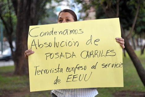 Condena de la asbolución de Posada Carriles frente de la Embajada de EEUU en Guatemala. | AFP