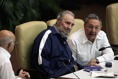 Fidel y Raúl Castro en la clausura del Congreso del PCC. | AP