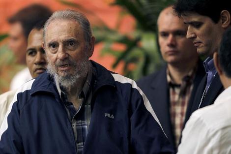 Fidel en el Congreso del PCC. Detrás de él, un colaborador le ayuda a mantenerse en pié. | R.