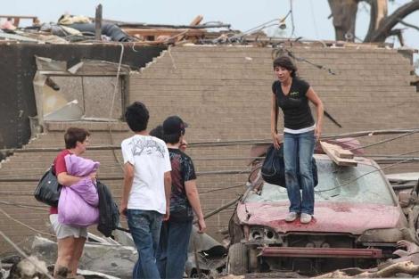 Una familia ante su casa derribada por un tornado en Alabama.| AP