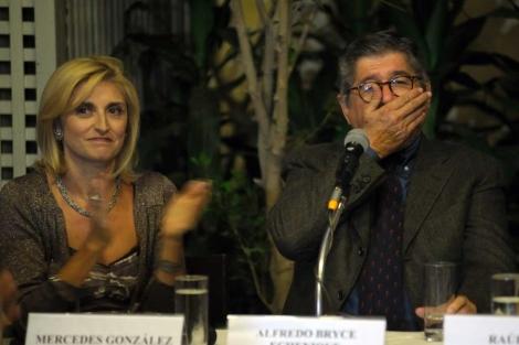El escritor Alfredo Bryce Echenique (d) y Mercedes González, representante de Alfaguara.   Efe
