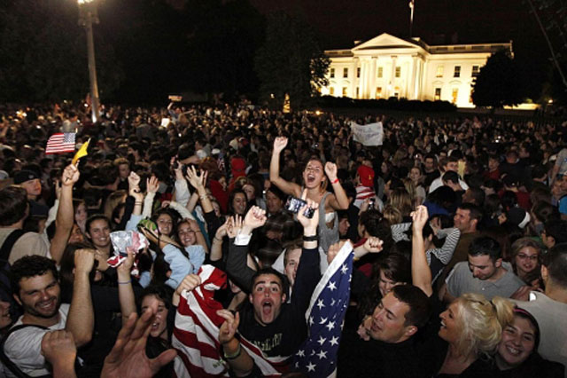 Cientos de jóvenes celebran la muerte de Bin Laden frente a la Casa Blanca.   AP