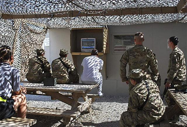 Soldados estadoundienses siguen la retransmisión de la muerte de Bin Laden. | AP