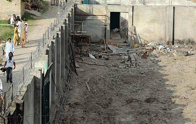 Residentes de Abbottabad observan la que fue la fortaleza donde el líder de Al Qaeda estaba escondido. | AFP