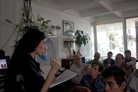 Yoani Sánchez impartiendo una clase en una imagen de archivo