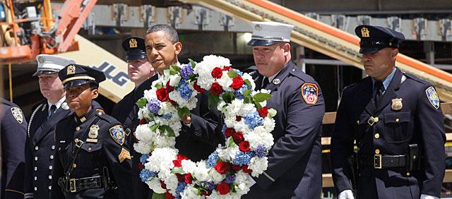 Obama visita a los bomberos de Nueva York. I AP