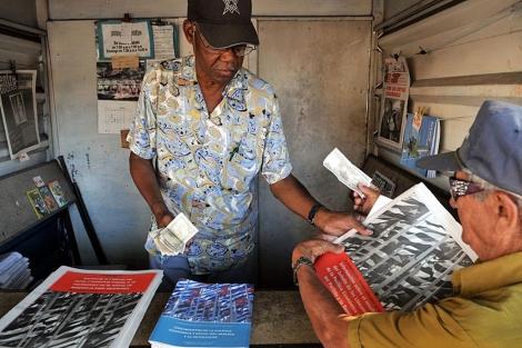 Un hombre compra en La Habana el folleto con el plan de reformas económicas. | Efe