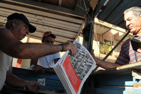 Un hombre compra el folleto que contiene el plan de reformas económicas de Raúl Castro.   Efe