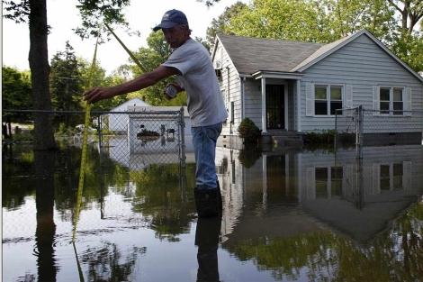 El propietario de una vivienda de Memphis mide la crecida del río.   Reuters MÁS IMÁGENES