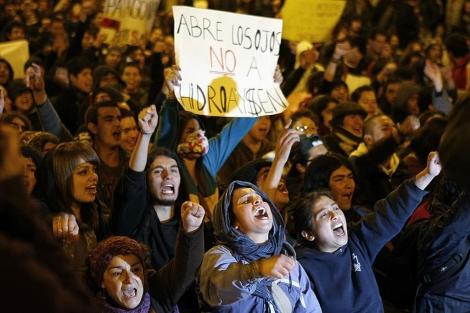 Manifestantes contra la hidroeléctrica. | Reuters