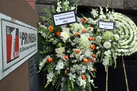 Envían Arreglos Florales Fúnebres Al Periódico Peruano La