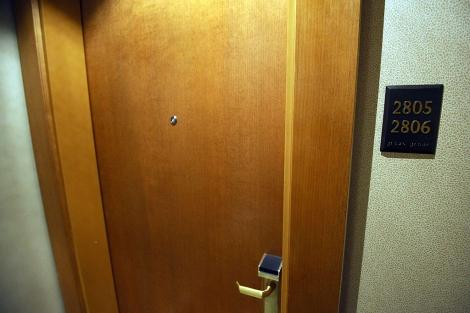 Imagen de la puerta de la habitación donde presuntamente ocurrieron los hechos. | Ap